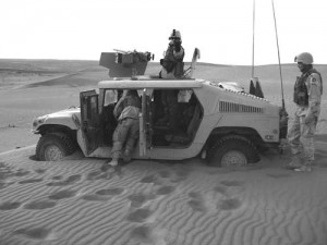 1US_soldiers_stuck_in_sand_