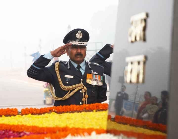 Air Chief Marshal Arup Raha paying tribute at Amar Jawan Jyoti. on 01 Jan 2014