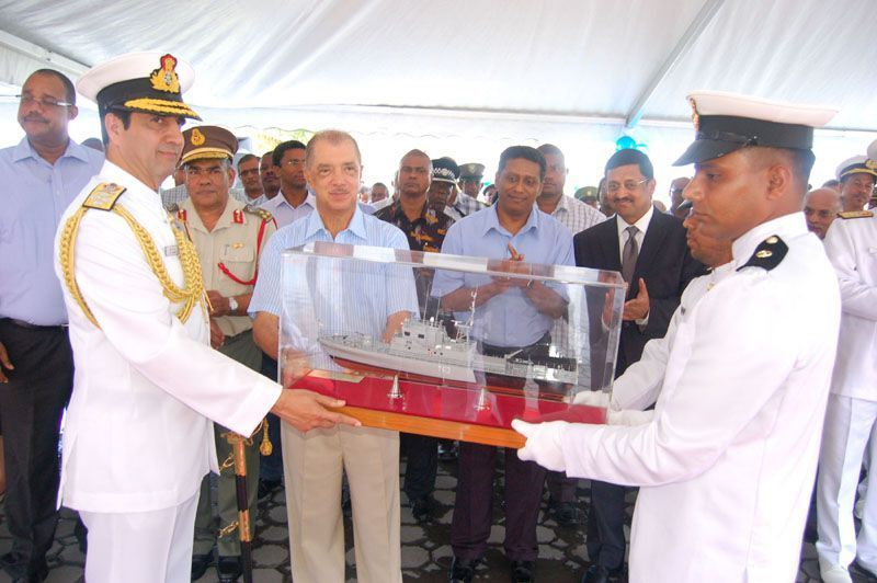 The Chief of Naval Staff, Admiral RK Dhowan presenting a model of INS Tarasa