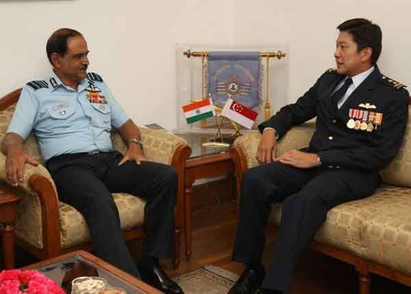 Ma?jor General Ng Chee Meng, Chief of Air Force, RSAF, calls on Air Chief Marshal NAK Browne, Chief of IAF